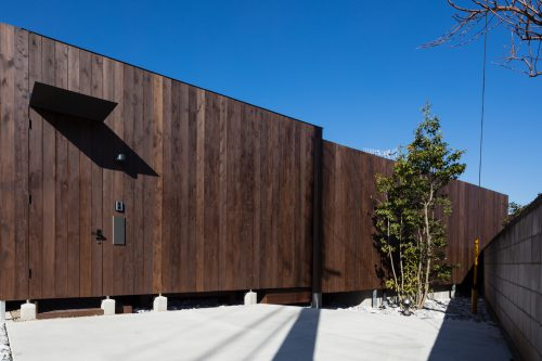 建物外周を木板で囲む
