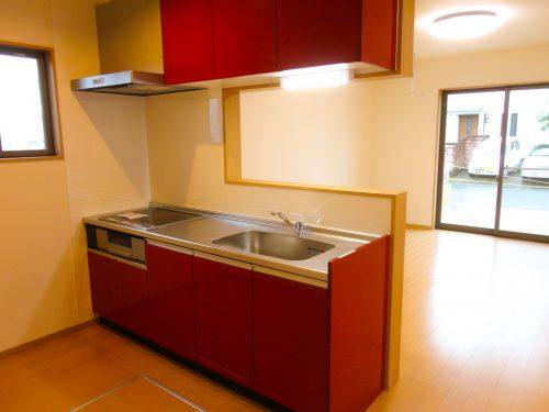 赤い対面キッチン